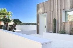 AVONITE(R) bringt Schlichtheit und Wärme in eine eindrucksvolle Villa
