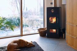 Stromkosten senken – Wärmepumpe mit Kaminofen kombinieren
