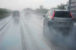 Aquaplaning: Geringer Reifendruck ist gefährlich