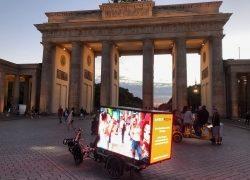 Umweltbewusst werben: AMBERMEDIA entwickelt elektrisches Bike mit digitalem 360-Grad-Screen