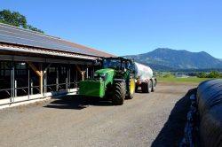 In der Smart Farm tanken Elektro-Traktoren die Sonnenkraft vom Dach