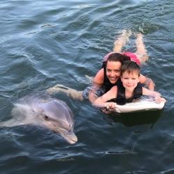 Delfine holen kranken Jungen aus dem Rollstuhl