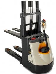 Kompakter Gewichtheber: Der neue Doppelstockstapler DS 3040 von Crown
