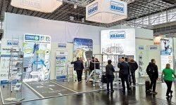 Steigtechnik-Profis von KRAUSE präsentierten innovative Lösung zur TRBS 2121-2 auf der A+A in Düsseldorf
