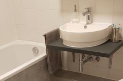 Herausforderung Badsanierung: Warme Füße vom Fliesenleger
