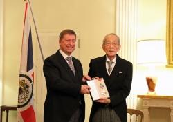 Der weltweit tätige Unternehmer und Philanthrop Kazuo Inamori erhält die Ehrenritterwürde von ihrer Majestät Königin Elisabeth