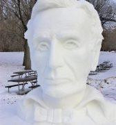 Schneeskulpturen, Sock Monkeys und Dinos: Rockford lädt zu Winterfestivals ein