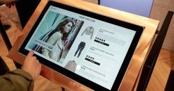 Kollege Bildschirm: Kundenberater sollten die Digitalisierung begrüßen