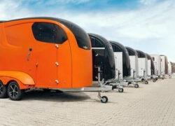 Mit-Pferden-reisen.de informiert: Holz-, Polyester oder Aluminium-Pferdeanhänger?