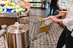 """Die Desinfektionssäule """"CleaningStation"""" – smarte und ästhetische Desinfektionslösung für Supermärkte, Apotheken und Einzelhandel"""