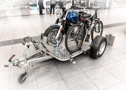 CMT Premiere. Der TREILER. Ein Zweirad-Anhänger in Edelstahl. Aufklappen, absenken, losfahren.