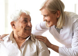 Neue IT-Lösung für sichere Besuche in Pflegeheimen: Leben schützen, Lebensqualität bewahren